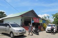 Sepanjang jalan terdapat beberapa warung yang bisa disinggahi. Warung-warung ini menjual barang-barang yang diimpor ke Timor Leste, termasuk merek-merek asal Indonesia (Sastri/ detikTravel)