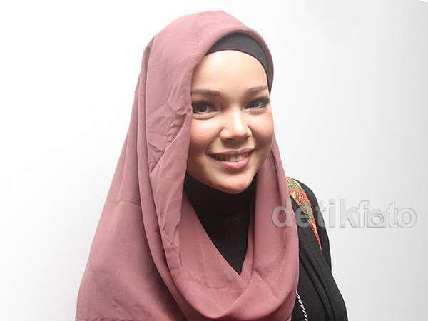 Simple Berhijab ala Dewi Sandra