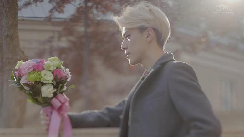 EXO Nyanyikan Lagu Galau Lewat \Miracles in December\