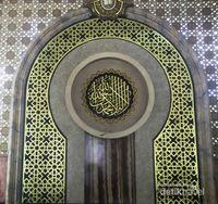 tampak dari dalam kubah Masjid Moh Kholil