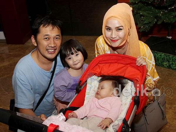 Keluarga Kecil Hanung Bramantyo dan Zaskia Mecca