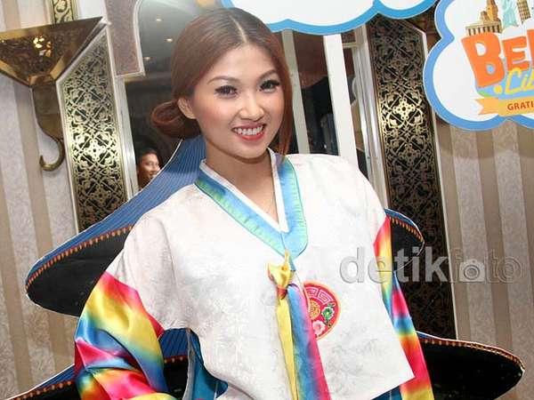 Annyeonghaseyo! Wenda Tan Cantik dengan Hanbok