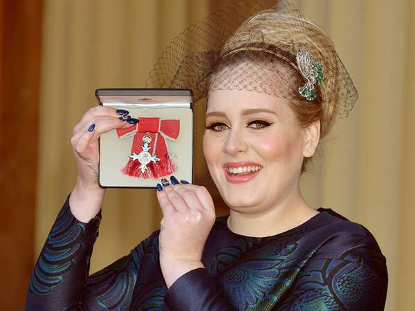 Adele Raih Gelar MBE dari Kerajaan Inggris