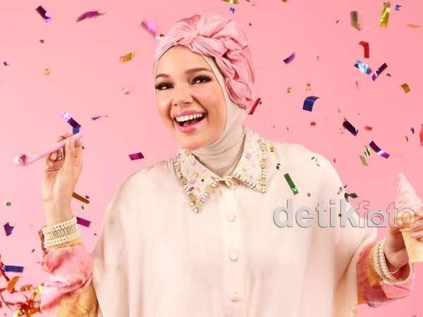 Keceriaan Dewi Sandra Sambut Tahun Baru