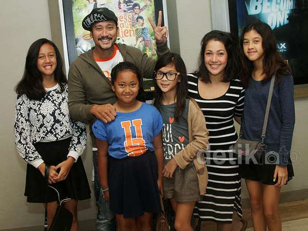 Keakraban Keluarga Tora Sudiro dan Mieke Amalia
