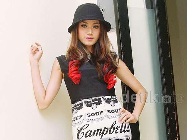 Warna Rambut Baru si Cantik Dara The Virgin