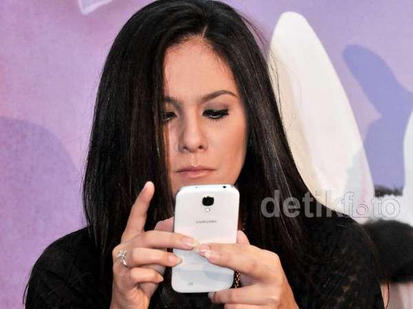 Wulan Guritno Asyik Main Handphone