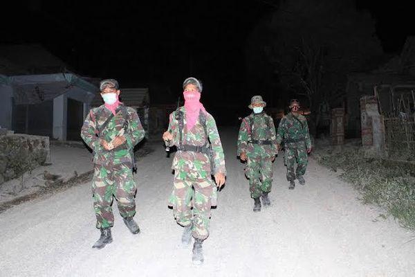 Personel Marinir Patroli Malam Amankan Perkampungan Warga