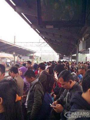 Gangguan Sinyal KRL, Penumpang Menumpuk di Stasiun Bekasi