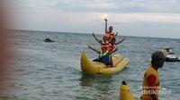 Libur Akhir Pekan di Tanjung Lesung, Harus Coba Banana Boat