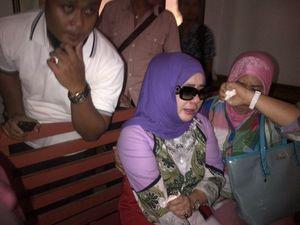 Kericuhan Terjadi saat Istri Muda Rusli Zainal Hadang Mobil Tahanan