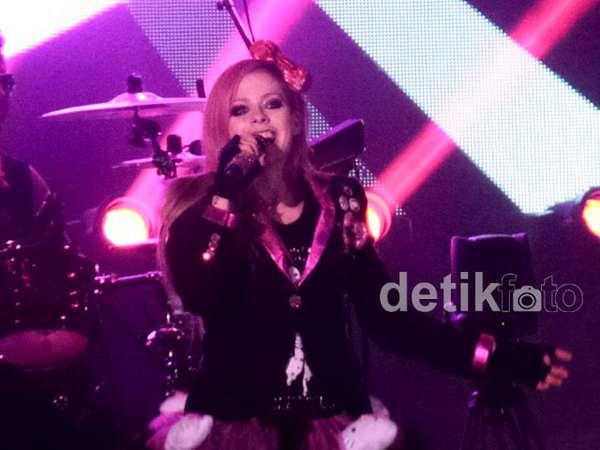 Avril Lavigne Kawaii Berkostum Hello Kitty di Konser Jakarta