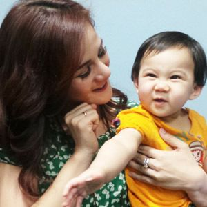 Astrid Tiar Kenalkan Kegiatan Sosial ke Anak Sejak Dini