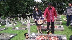 Dino Patti Djalal Tabur Bunga di Atas Makam Usman Harun di TMP Kalibata