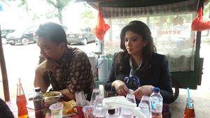 Dino Patti Makan di Pinggir Jalan Kalibata Sebelum Nyekar ke Makam Usman Harun