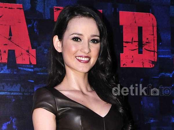 Julie Estelle Makin Hot