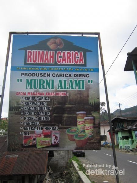 Rumah Carica, menjual aneka oleh-oleh khas Dieng.