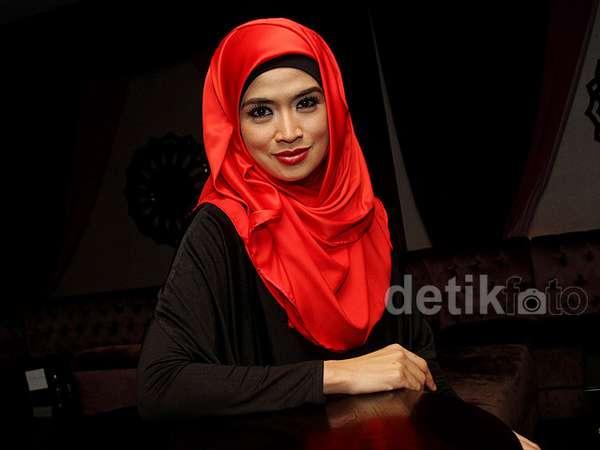 Yulia Rachman Berkerudung Merah