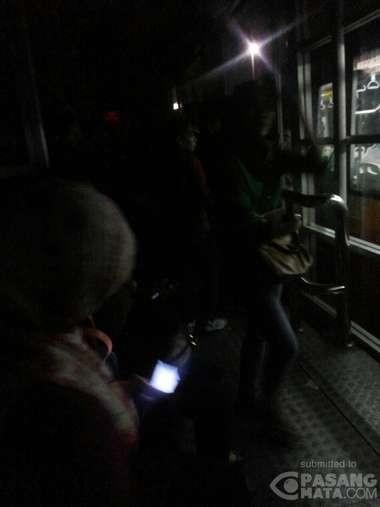 Halte TransJ Grogol Gelap, Penumpang Terangi Jalan Pakai Handphone