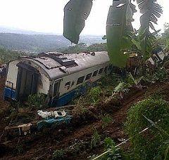 Petugas Masih Evakuasi Gerbong KA Malabar yang Anjlok