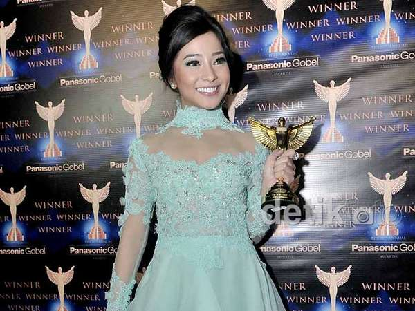 Nikita Willy Cantik Bergaun Biru