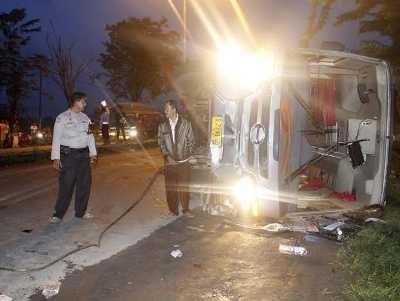 Bus Mira Terbalik di Raya Trosobo, Satu Penumpang Tewas