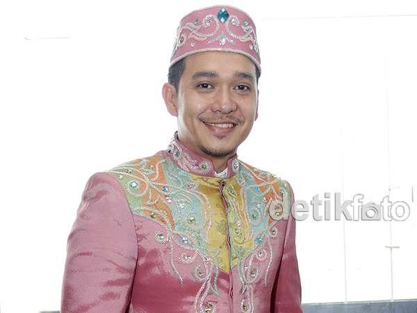 Fadlan Tampil Pinky di Hari Kartini