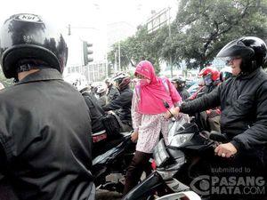 Terjepit Puluhan Motor di Lampu Merah Senayan, Ibu Ini Susah Menyeberang