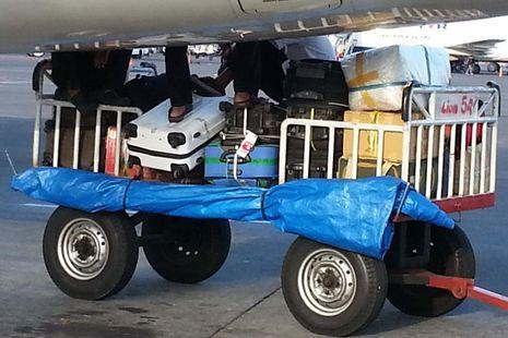 Foto Koper Penumpang Diinjak dan Diduduki Petugas Bagasi Lion Air 2014