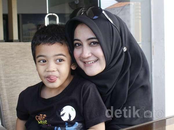 Pipik Ajak Anak Syuting Haji Backpacker