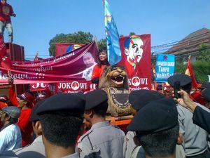 Relawan Pendukung Jokowi-JK Sisingaan di Depan Jalan Imam Bonjol