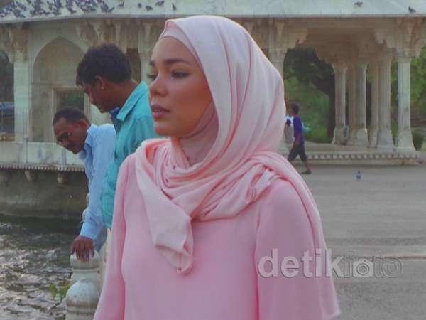 Dewi Sandra Cantik Serba Pink di India