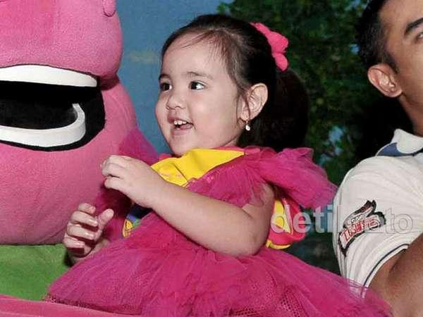 Gemes! Ultah ke-2, Anak Nia Ramadhani Imut Tampil Pinky