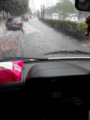 Hujan Angin Tumbangkan Pohon di Jl Rasuna Said, Macet 2 Km