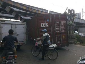Kontainer yang Tersangkut di Jembatan KA Tambora Belum Bisa Dievakuasi