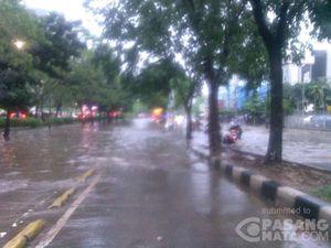 Hujan Deras Guyur Jaksel, Jalan di Depan Gandaria City Berubah Menjadi Kolam