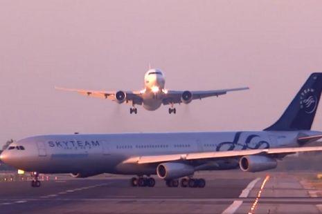 Pesawat utair yang hendak mendarat dan pesawat aerolineas argentinas