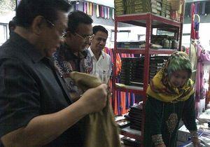 Kunjungi Pusat Bordir di Tasikmalaya, Agung Laksono Sempatkan Berbelanja