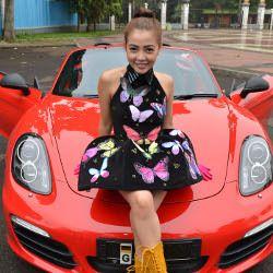 Aih... Bella Shofie Pamer Porsche Boxster Cabriolet