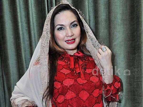 Ketika Nia Daniati Jadi Model Busana Muslim
