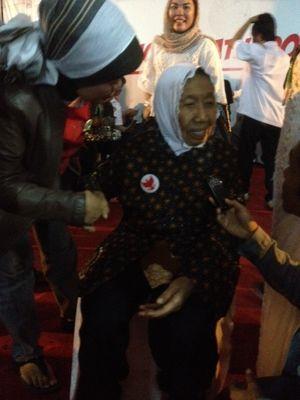 Nenek 85 Tahun Ini Masih Bersemangat Dukung Prabowo