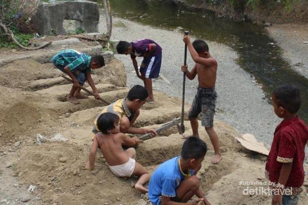 Anak-anak bersiap di lahan peledakan | detik travel