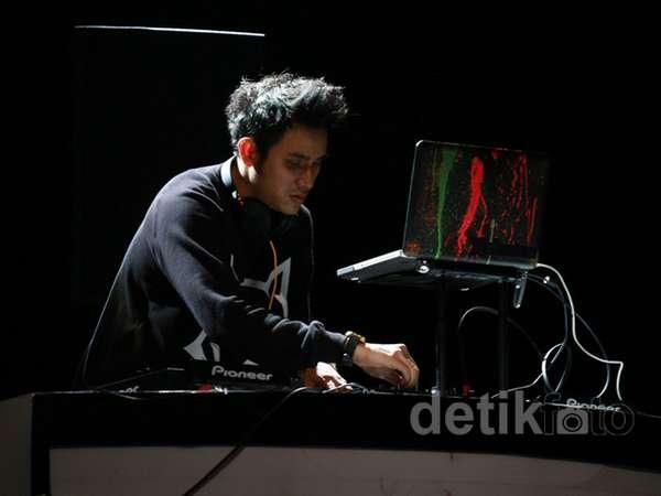 Aksi Vicky Nitinegoro Jadi DJ di Creativepreneur Berjuang