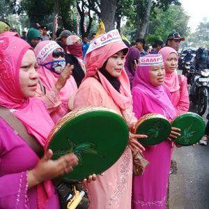 Ibu-ibu Qasidah Ramaikan Demo Prabowo-Hatta di Depan MK