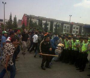 Simulasi, Massa Bentrok dengan Polisi di Depan Gerbang Tol Pasteur