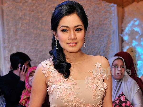 Titi Kamal Tampil Anggun