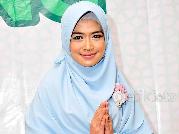 Cantik dengan Hijab Syari ala Yulia Rachman