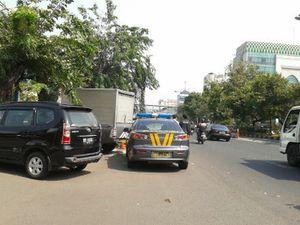 Razia Derek Mobil Pribadi di Bahu Jalan, Bagaimana dengan Mobil Polisi?