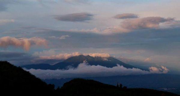 kerucut gunung salak ketika pagi di lihat dari puncak