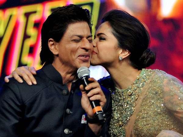 Muah! Artis Bollywood Deepika Padukone Kecup Pipi Shahrukh Khan